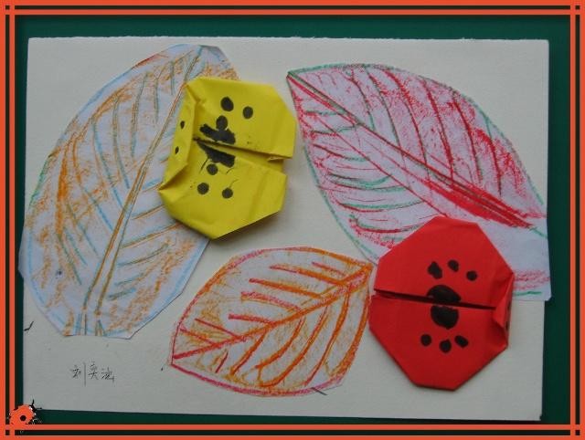 1,尝试用蜡笔拓印落叶 2,折纸瓢虫并添画花纹 3,将拓印好的树叶沿