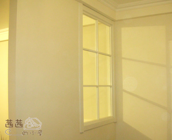 这是站在玄关,客厅的灯光透过来.当初设计这个窗户,就是为了在隔