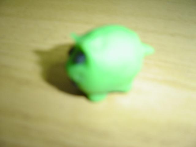 四(3)班张冉制作的泥工作品——可爱的小猪