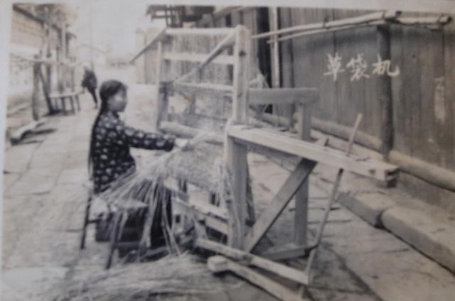 草袋机是制作草绳编织袋的机器.