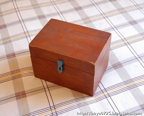 这个小木箱油漆斑驳,边角也有明显的破损,它粗陋,破旧,土气甚至有碍