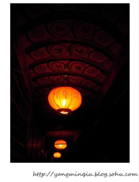 """灯笼上印着""""千年盐都"""",写着字的木板,在灰暗灯光的映射下,颇有味道."""