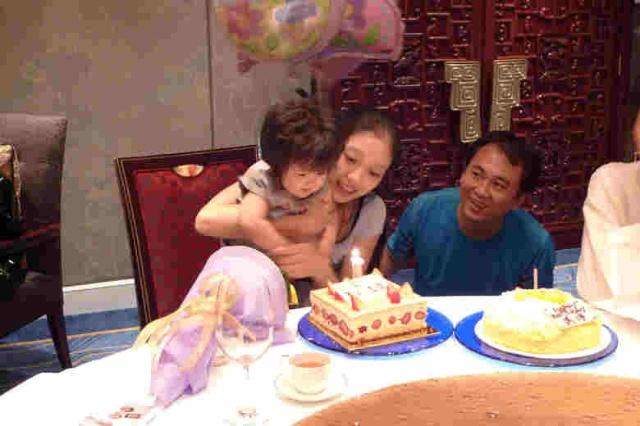 爸爸媽媽給寶寶過生日