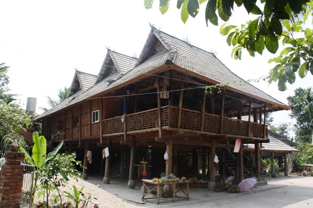 傣族人居住的竹楼是一种干栏式建筑。竹楼近似方形,以数十根大竹子支撑,悬空铺楼板;房顶用茅草排覆盖,竹墙缝隙很大,既通风又透光,楼顶两面的坡度很大,呈A字形。竹楼分两层,楼上住人,楼下饲养牲畜,堆放杂物,也是舂米、织布的地方。