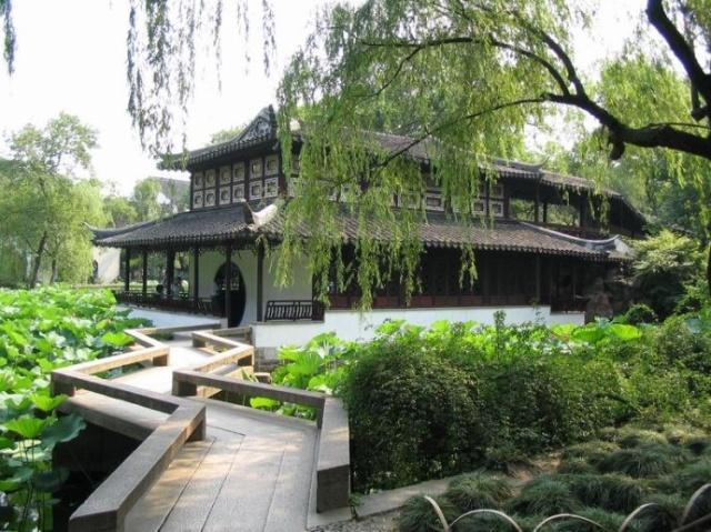 苏州古典园林是世界建筑艺术的瑰宝,集中体现了东方园林文化的精华。可以这样说,苏州的旖旎风景如果从中剔除掉古典园林,那就像被抽掉灵魂的绝代佳人,失却迷人的风流韵致。 苏州园林大多占地面积较小,采用变换多维空间,讲究依顺地理天象,推崇天人合一法理,寄寓高雅审美观念等不拘一格的综合创意理念与手法,体现中国山水花鸟的情趣,唐诗宋词的意境,皇家苑囿的堂皇,民族建筑的精粹,在有限的空间内点缀假山树木,安排亭台楼阁,安放池塘小桥流瀑,使苏州园林以意为先,以景取胜,给人以小中见大的艺术效果。 苏州的园林大都在建于街衢陌