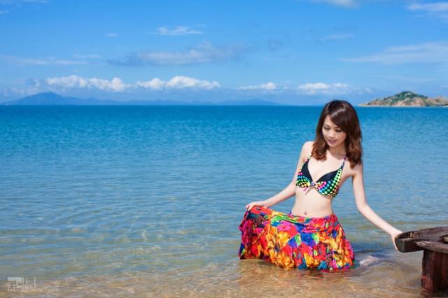 海边漂亮的比基尼少女